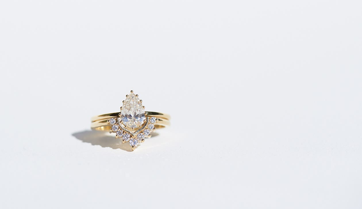 Iris Single Curved Wedding Band 18k Yellow Gold / Diamond